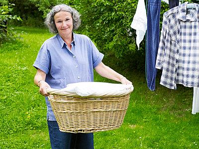 Frau hängt Wäsche auf  - p6430052 von senior images