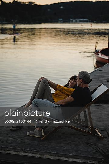 Portrait of mature couple at Lake Baldeneysee - p586m2109144 by Kniel Synnatzschke