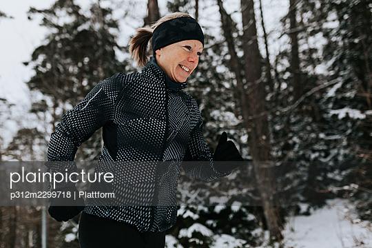 Woman jogging at winter - p312m2299718 by Plattform