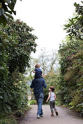 Vater mit Kindern im Park - p1308m2057158 von felice douglas