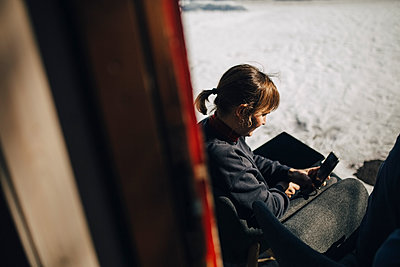 Businesswoman using smart phone during winter - p426m2279825 by Maskot