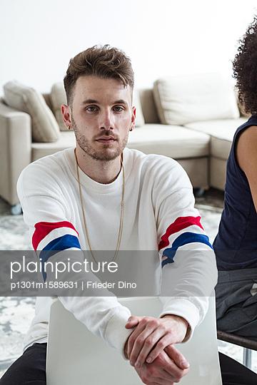 Junger, ernster Mann während eines Meetings im Büro  - p1301m1589631 von Delia Baum