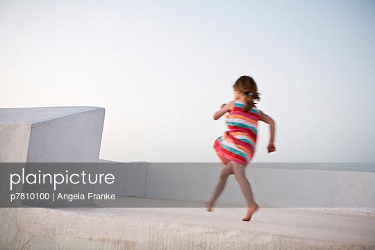 Kind auf einem Balkon - p7810100 von Angela Franke