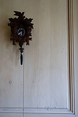 Kuckucksuhr an der Wand - p1189m1218630 von Adnan Arnaout