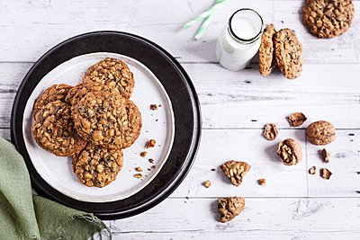 Oatmeal teff cookies with walnuts and cocoa nibs - p1392m2057773 by Federica Di Marcello