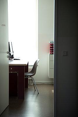 Doctor's office - p1650m2272245 by Hanna Sachau