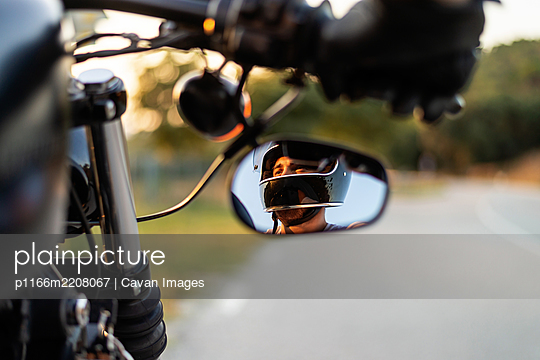 Man in the Side View Mirror of a motorbike - p1166m2208067 by Cavan Images