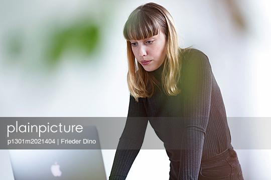Junge Frau am Laptop - p1301m2021404 von Delia Baum