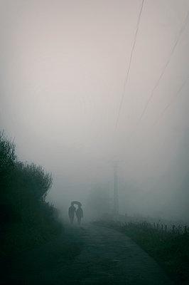 Spaziergang im Regen - p470m1207908 von Ingrid Michel