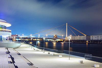 Uferpromenade mit Rheinbrücke - p606m972871 von Iris Friedrich