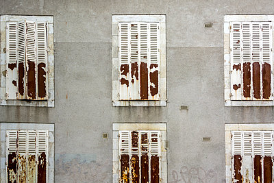 Facade with rusty shutters - p813m1154686 by B.Jaubert