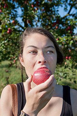 Teenager biting into apple - p896m834831 by Sabine Joosten