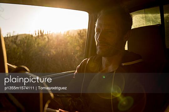 Mann im Auto - p1355m1574111 von Tomasrodriguez