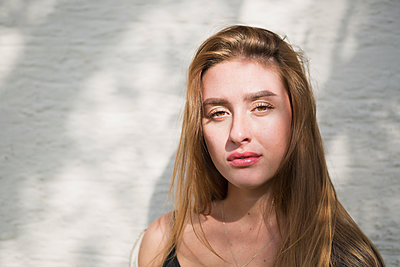 Young woman - p1149m2115355 by Yvonne Röder