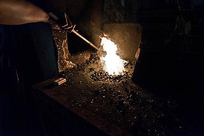 Erhitzen einer Stahlstange im Schmiedeofen - p1180m987371 von chillagano