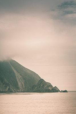 Felsenküste an der Cookstraße - p1255m1574975 von Kati Kalkamo