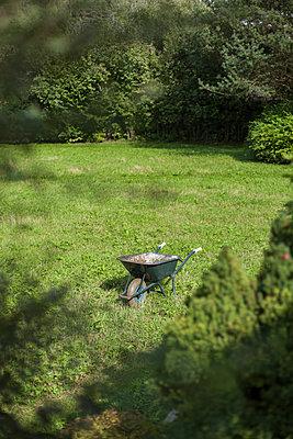 Schubkarre im Garten - p1293m1193499 von Manuela Dörr