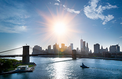 USA, New York City, view to Brooklyn Bridge at backlight - p300m1206077 by hsimages