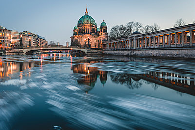 Germany, Berlin, view to Berliner Cathedral at twilight - p300m1568122 von Kerstin Bittner