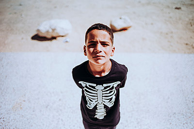 Portrait of a boy in Smara refugee camp, Tindouf, Algeria - p300m2160649 von Oscar Carrascosa Martinez