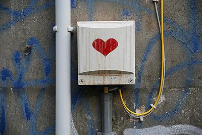 Verteilerkasten an alter Hauswand - p627m1035366 von Christian Reister