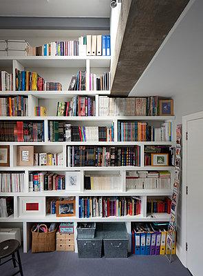 Bücherwand - p676m877326 von Rupert Warren