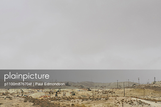 Oil rigs and wells in the Midway-Sunset shale oil fields, the largest in California - p1100m876704f by Paul Edmondson