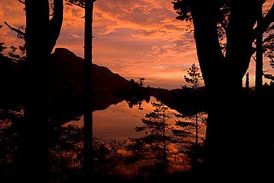 Roter Himmel über einem See - p1562m2168149 von chinch gryniewicz