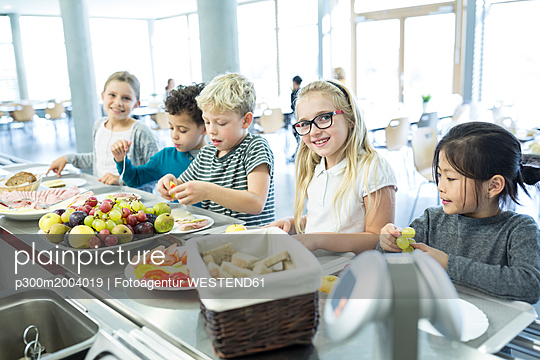 Pupils at counter in school canteen - p300m2004019 von Fotoagentur WESTEND61