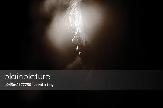 Blondes Mädchen im Halbschatten - p945m2177755 von aurelia frey
