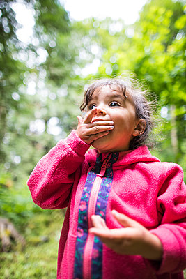 Little girl eating berries, Chilliwack, British Columbia, Canada - p1166m2201964 by Christopher Kimmel / Alpine Edge Photography