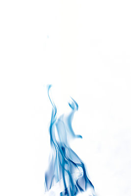Close-Up of blue flames - p445m2044055 by Marie Docher