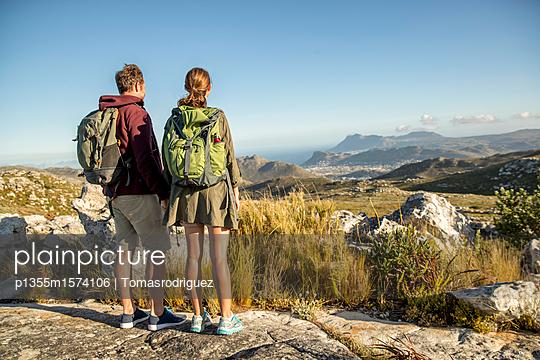 Paar auf einer Bergtour - p1355m1574106 von Tomasrodriguez