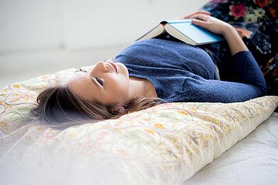 Junge Frau im Bett - p1212m1526233 von harry + lidy