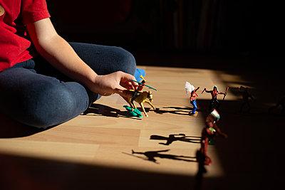 Kind mit Spielfigur - p1308m2247444 von felice douglas