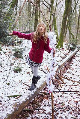 Mädchen balanciert auf Baumstamm - p1348m1496930 von HANDKE + NEU