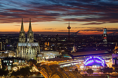 Germany, Cologne, view to the lighted city from above at evening twilight - p300m1191974 by Günter Flegar