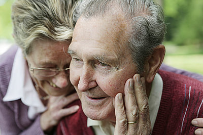 Germany, Cologne, Senior couple in park, smiling - p300m2207226 by Jan Tepass