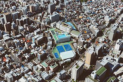 Blick auf Sportplatz in Tokio von oben - p432m2115792 von mia takahara