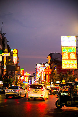 Evening mood, Chinatown in Bangkok - p680m1511676 by Stella Mai