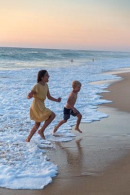 Kinder am Strand - p756m2125028 von Bénédicte Lassalle