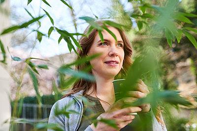 Frau mit Kaffeebecher - p890m1440019 von Mielek