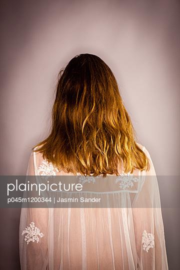 Frau in durchsichtiger Bluse - p045m1200344 von Jasmin Sander