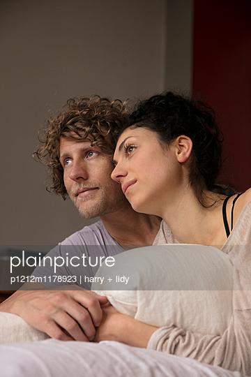 Paar in der Wohnung - p1212m1178923 von harry + lidy