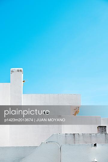 Weißes Haus unter blauem Himmel - p1423m2013674 von JUAN MOYANO