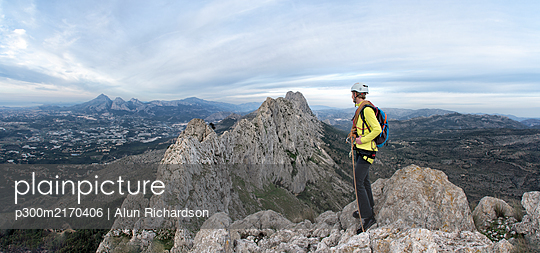 Woman mountaineering at Bernia Ridge looking at view, Costa Blanca,  Alicante, Spain - p300m2170406 by Alun Richardson