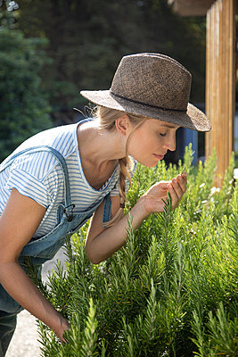 Woman working in her garden - p1678m2258834 by vey Fotoproduction