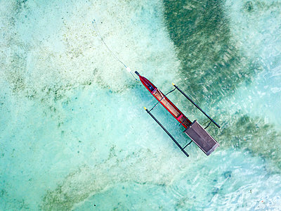 Indonesia, Sumbawa, West Sumbawa, Aerial view of banca boat - p300m2059135 by Konstantin Trubavin
