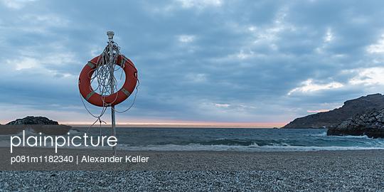 Rettungsreifen am Strand von Amoudi - p081m1182340 von Alexander Keller