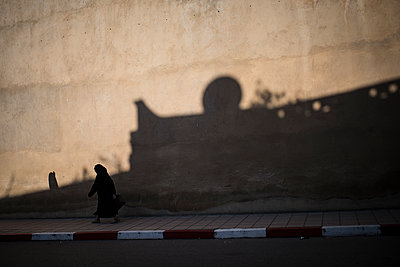 Woman walking in a street - p1007m1216784 by Tilby Vattard